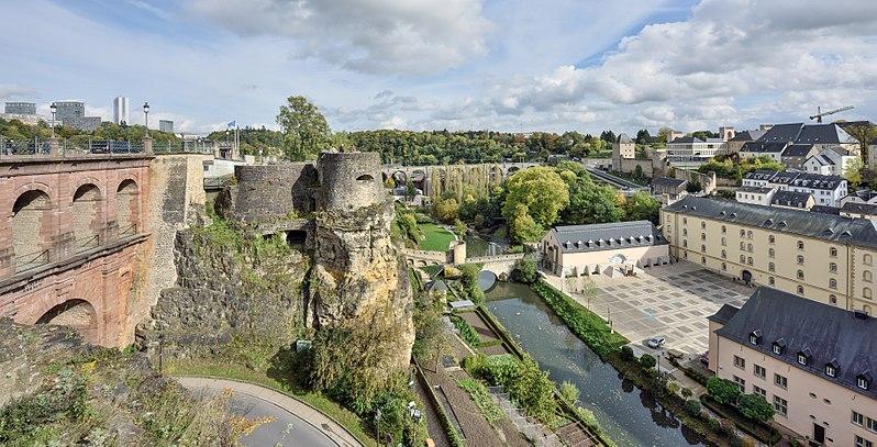 Blick von der Corniche in Luxemburg auf den Stadtteil Grund, rechts im Bild die Abtei Neumünster am Ufer der Alzette