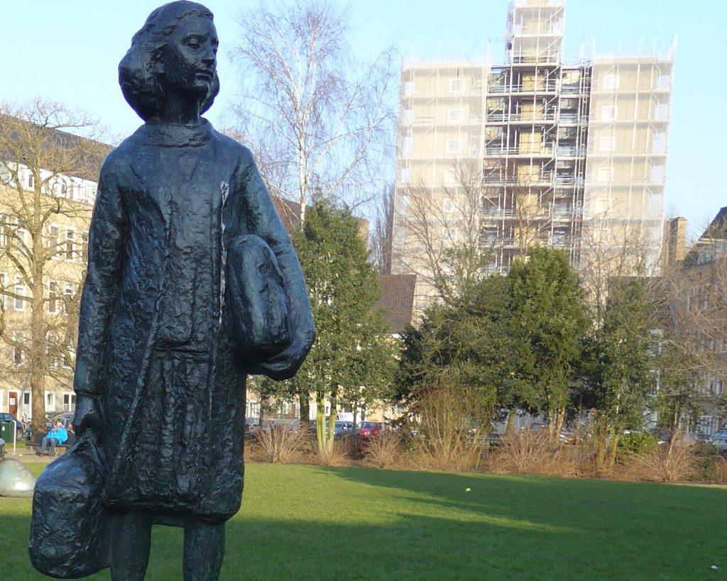 Statue steht auf dem Merwedeplein in der Rivierenbuurt in Amsterdam Zuid